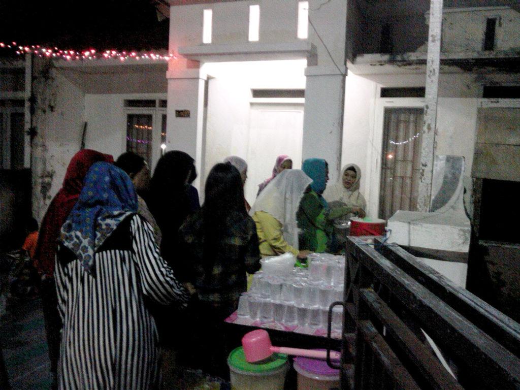 Warga menikmati hidangan di Malam Halal Bil Halal Bukit Rasamala