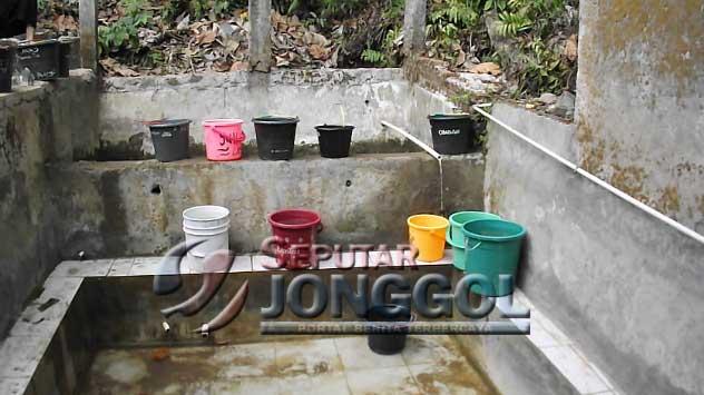 Kekeringan Jonggol, Santri Al-Madinah Diangkut Pickup untuk Mencuci ke Mata Air Sodong