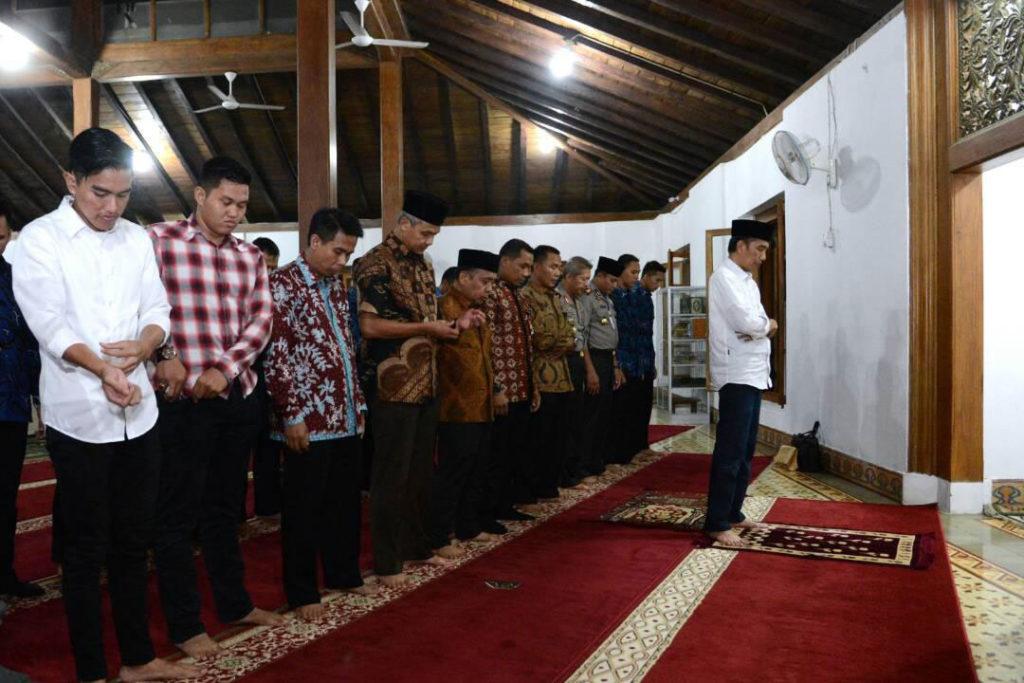 Presiden Jokowi jadi imam salat magrib di Masjid Agung Nur Sulaiman, Banyumas. (Kris/Brio Pers Setpres)