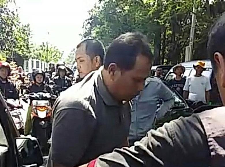 Viral! Pria di Bandung Bogem Perempuan Bermobil Gara-gara Diklakson