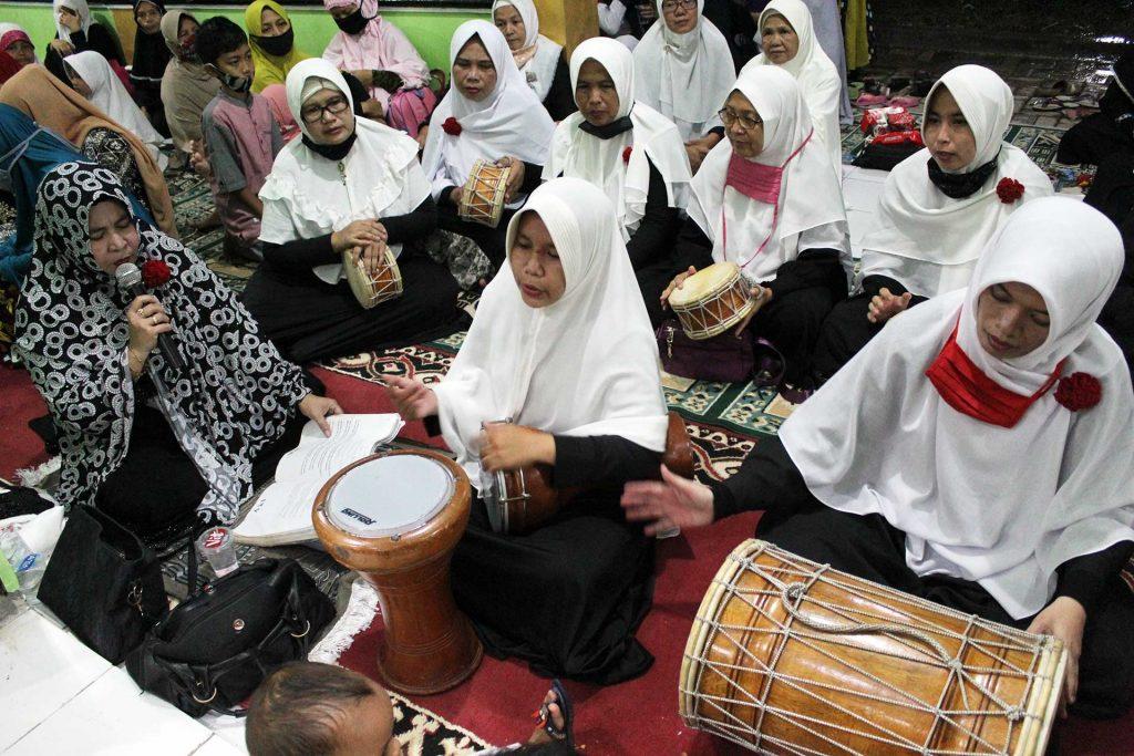 Grup Marawis ibu-ibu Majlis Taklim Al-Amanah tidak ketinggalan unjuk kebolehan dalam rangkaian acara Isra Mi'raj Nabi Muhammad SAW sekaligus malam Nisfu Sya'ban di Masjid Al-Amanah Cluster Bukit Rasamala, Citra Indah City, Jonggol (28/3/2021). (Foto: Ovan Taufik)