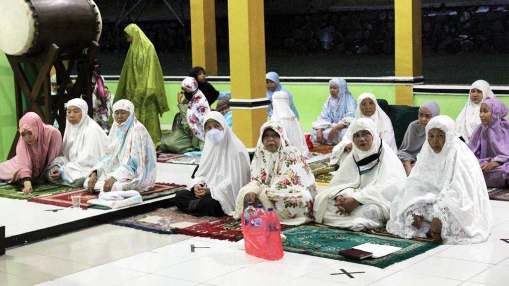 Jamaah ibu-ibu juga tidak kalah antusias menghadiri acara Isra Mi'raj Nabi Muhammad SAW sekaligus malam Nisfu Sya'ban di Masjid Al-Amanah Cluster Bukit Rasamala, Citra Indah City, Jonggol (28/3/2021). (Foto: Ovan Taufik)
